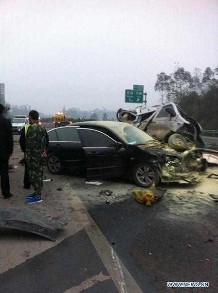 Nhiều phương tiện đã bị hư hỏng nặng.