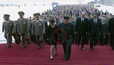 Bà Ri Sol-ju tay trong tay cùng chồng bước vào  Cung điện Mặt trời Kusumsan.