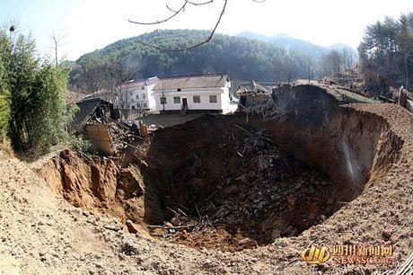 Hố địa ngục nuốt chửng 12 ngôi nhà tại Trung Quốc