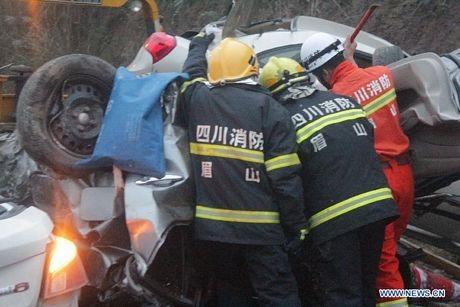 Lực lượng cứu hộ làm việc tại hiện trường vụ tai nạn.