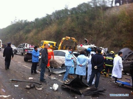 19 ô tô đã vướng vào vụ tai nạn liên hoàn.