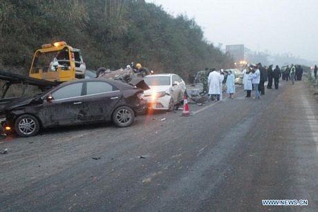 Hiện trường vụ tai nạn dây chuyền trên đường quốc lộ Chengzilu ở tỉnh Tứ Xuyên.