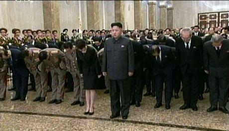 BàRi Sol-jutay trong tay cùng chồng bước vàoCung điện Mặt trời Kusumsan.