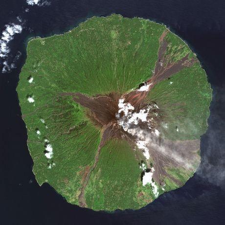 Núi lửa Manam tỉnh Madang, Papua New Guinea phun trào khói bụi nhìn từ vệ tinh.