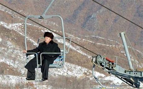 Ông Kim Jong-un thị sát cáp treo tại khu trượt tuyết Masik.