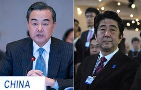 Ngoại trưởng Trung Quốc Vương Nghị (trái) và Thủ tướng Nhật Shinzo Abe tại Davos, Thụy Sĩ.