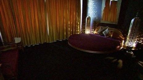 Nhà thổ Paradise Stuttgart có 31 phòng, một nhà hàng và một rạp chiếu phim.