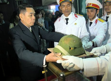 Chiếc mũ được trao cho người thân liệt sĩ Bui Duc Hung.