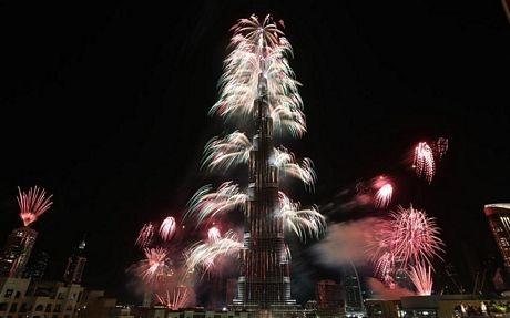 Pháo hoathắp sángtháp Burj Khalifa, cao 828m.