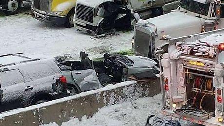 Một số ô tô con đãvỡ náttrong vụ tai nạn.