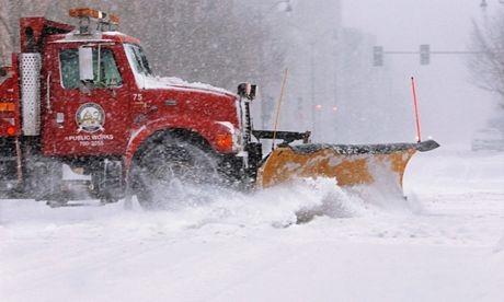Xe ủi tuyết hoạt động trên đường phố ở Springfield, Illinois.