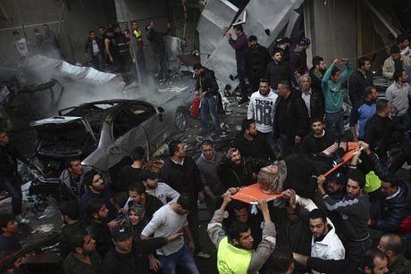 Một phụ nữ bị thương đang được đưa đi sau vụ nổ tại ngoại ô Beirut, Li-băng.