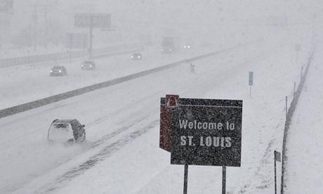Tuyết rơi trắng trời trên một con đường từ Missouritới Delaware.