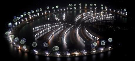 Pháo hoa bừng sáng bên trên đảo nhân tạo hình cây cọ tại Dubai.