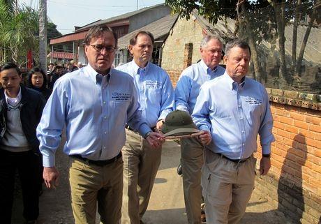 Bốn cựu binh sĩ đích thân trao trả mũ cho gia đình liệt sĩ Việt Nam.