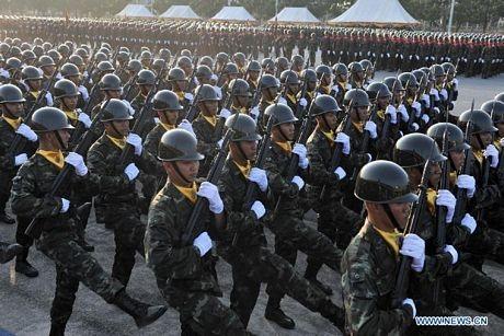Các binh sĩ Thái Lan cầm súng diễu hành trong buổi lễ.