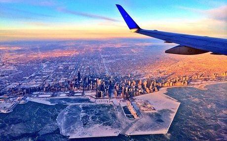 Thành phố Chicago bị phủ một màu trắng xóa.
