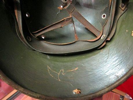 Chiếc mũ được khắc hình con chim bồ câu.