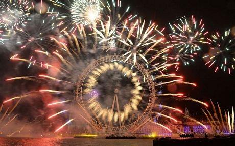 Pháo hoa rực rỡ mừng năm mới trên vòng đu quay khổng lồ London Eye tại London, Anh.