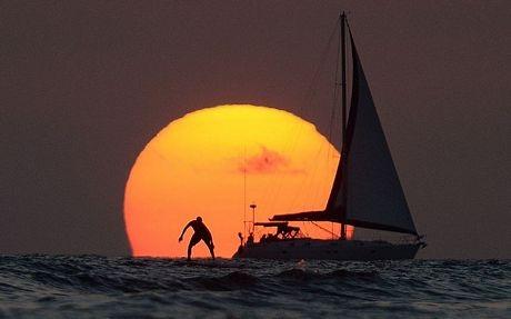 Mặt trời lặn trong ngày cuối cùng của năm 2013 tại Hawaii, Mỹ.