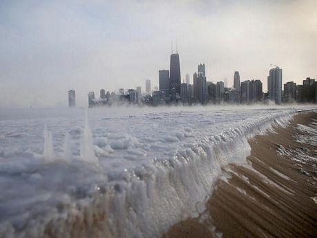 Hồ Michigan bị đóng băng tại Chicago, Illinois.