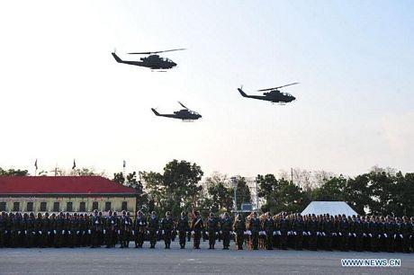 Các máy bay trực thăng bay qua khu vực diễu binh.