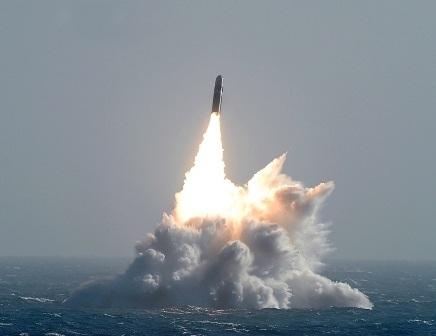 Tên lửa được phóng từ tàu ngầm.