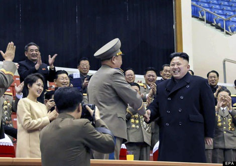 Nhà lãnh đạo trẻ Kim Jong-un bắt tay với các quan chức khi tham dự một sự kiện hôm 16/2.
