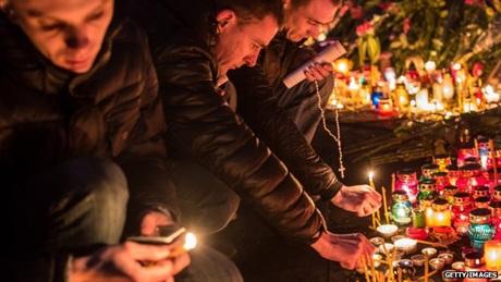 Mọi người thắp nến để tưởng niệm những người thiệt mạng trong cuộc khủng hoảng chính trị ở Ukraine.