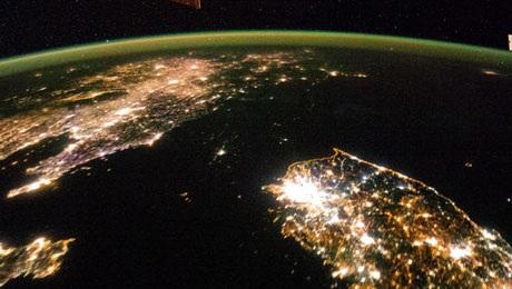 Triều Tiên tối om nhìn từ ISS, đối lập với Hàn Quốc.