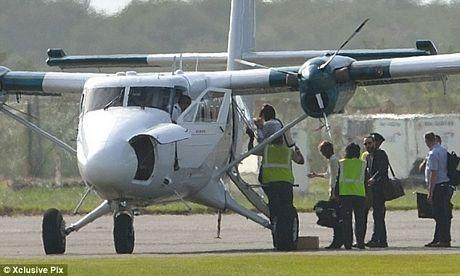 Các thành viên gia đình Công nương Catherine lên máy bay tới thiên đường nghỉ dưỡng Mustique.