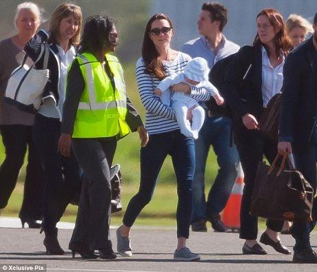 Hoàng tử George tỏ ra ngoan ngoãn khi được mẹ bế.