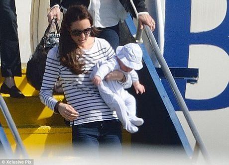 Đây là chuyến xuất ngoại đầu tiên của Hoàng tử George kể từ khi chào đời hồi tháng 7 năm ngoái.