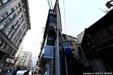 Người dân sống trong tòa nhà này được cho là không để vừaghế ởcạnh cửa sổ.
