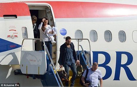 Công nương Catherine bế con trai xuống máy bay của British Airways.