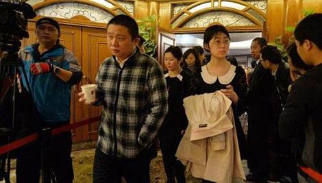Người thân các hành khách Trung Quốc rời đi sau một cuộc họp với giới chức ở Bắc Kinh ngày 16/3.