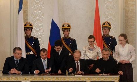 Tổng thống Putin và các lãnh đạo Crimea trong lễ ký kết.