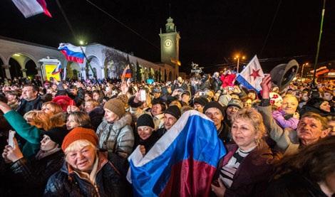 Người dân Crimea tập trung gần tháp đồng hồ tại thành phố Simferopol tối ngày 29/3.