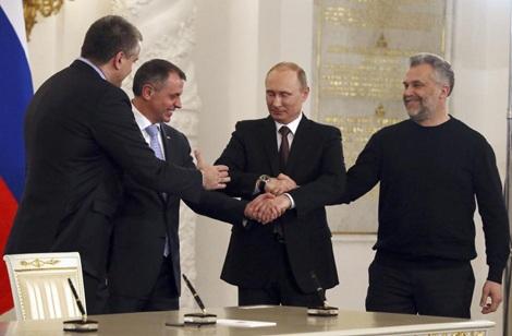 Tổng thống Nga và các lãnh đạo Crimea bắt tay sau lễ ký kết hợp ước sáp nhập bán đảo với Nga.