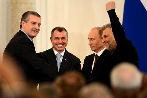 Các quan chức và các nghị sĩ Nga đứng lên vỗ tay chúc mừng sau lễ ký kết.