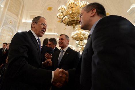 Thủ tướng Crimea Sergei Aksyonov bắt tay với Ngoại trưởng Nga Sergei Lavrov tại điện Kremlin.