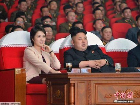 Đệ nhất phu nhânRi Sol-ju ngồicạnhchồng chăm chú theo dõi buổi biểu diễn.