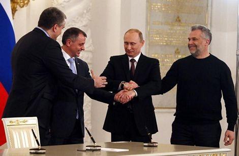 Tổng thống Nga và các lãnh đạo Crimea bắt tay chúc mừng.
