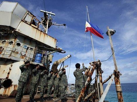 Binh sỹ Philippines làm lễ chào cờ trên chiếc tàu mắc cạn ở Bãi Cỏ Mây