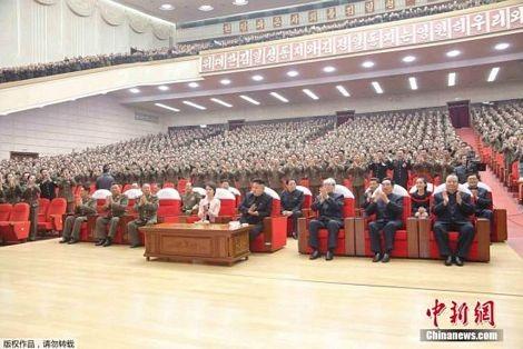 Nhà lãnh đạo Kim Jong-un và phu nhân ngồi ở hàng ghế đầutrong chương trình biểu diễn.