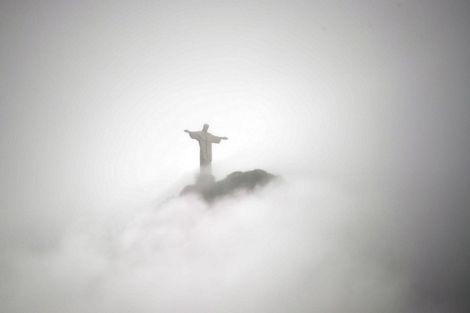 Mây mù bao trùm quanh tượng Chúa Cứu Thế khổng lồ ở Rio de Janeiro, Brazil.