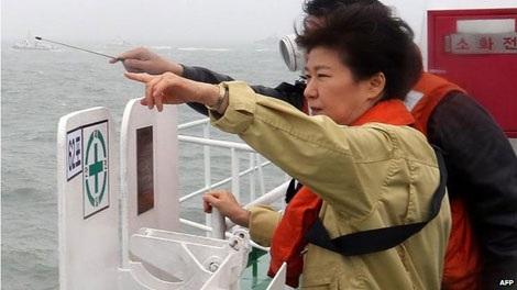 Tổng thống Hàn Quốc thị sát hiện trường vụ đắm phà hôm 17/4.