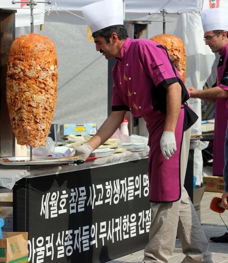 Các tình nguyện viên Thổ Nhĩ Kỳ tại một quầy bánh mì miễn phí phục vụ người thân các nạn nhân.