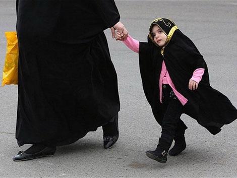 Một phụ nữ Iraq dắt con nhỏ trên đường phố Baghdad. (Nguồn: Getty)