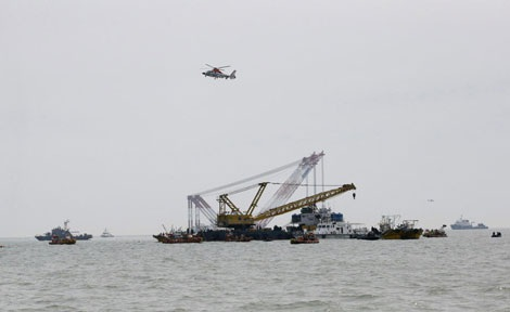 Trực thăng và các tàu cứu hộ tại hiện trường vụ lật phà.